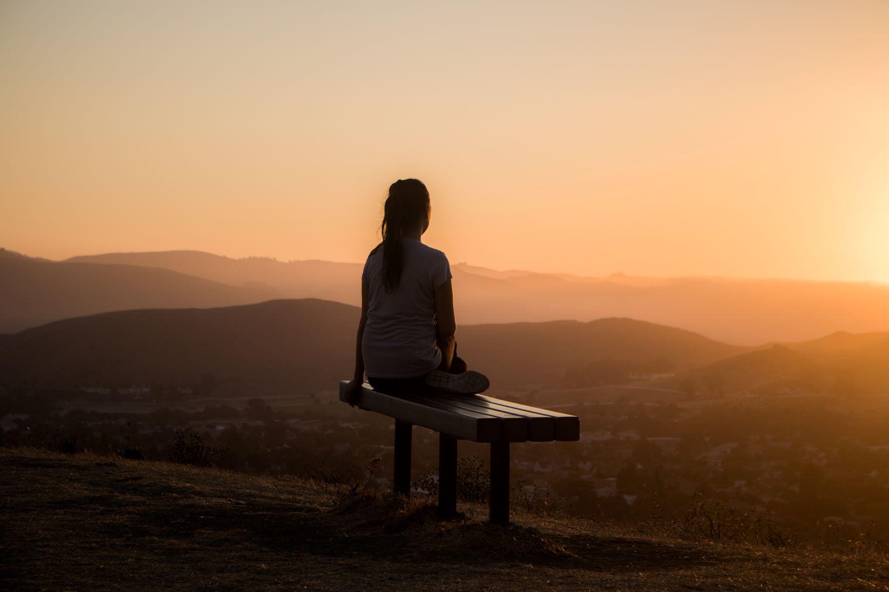 femme, banc, regarder horizon