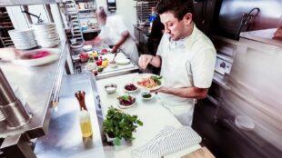 Chefs préparant des repas